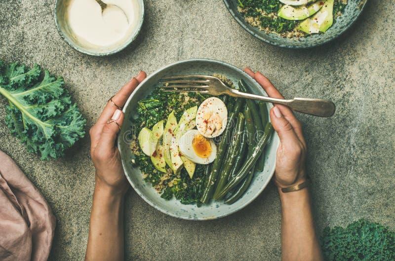 Quinoaen grönkål, haricot vert, avokadot, ägg bowlar lägenhet-lekmanna- royaltyfri foto