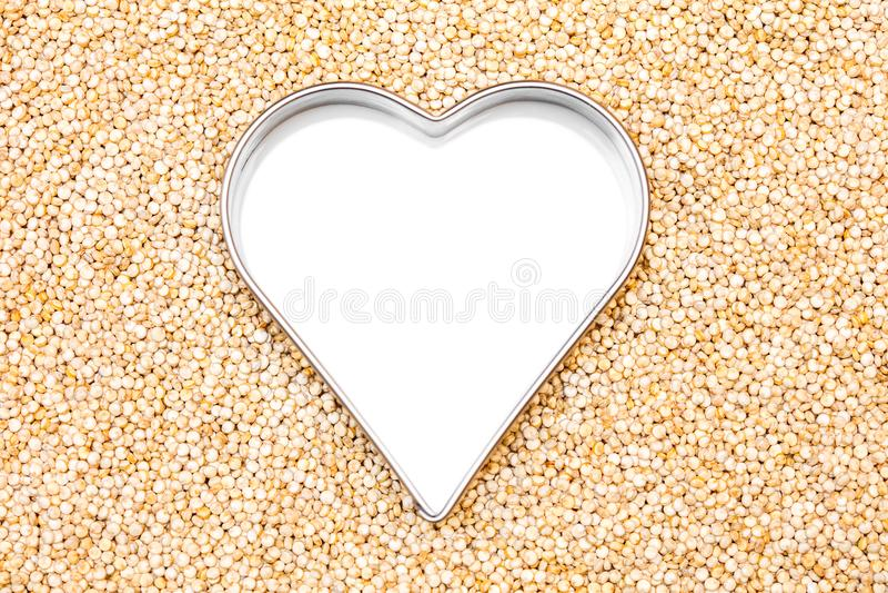 Quinoaen ser bakgrund med en vit hjärta, copyspace arkivfoton
