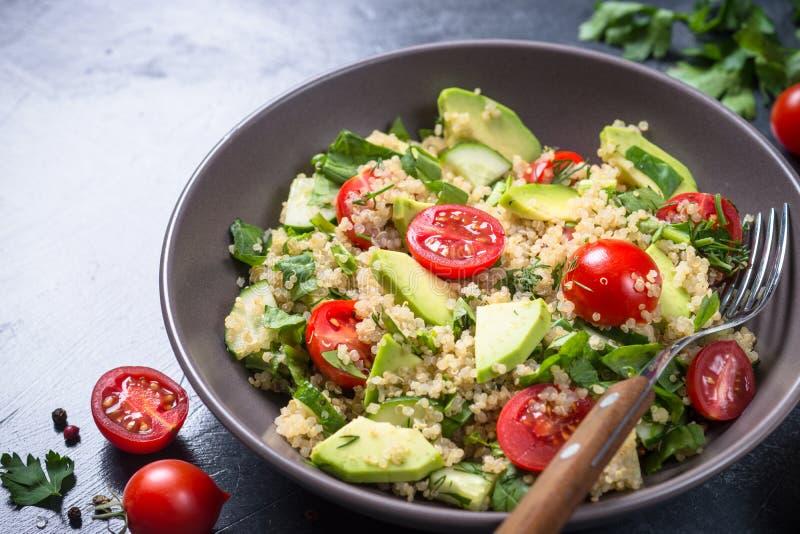 Quinoasallad med spenat, avokadot och tomater royaltyfri foto
