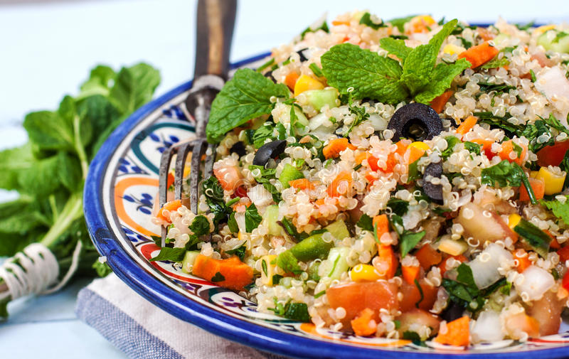 Quinoastrikt vegetariansallad arkivfoto
