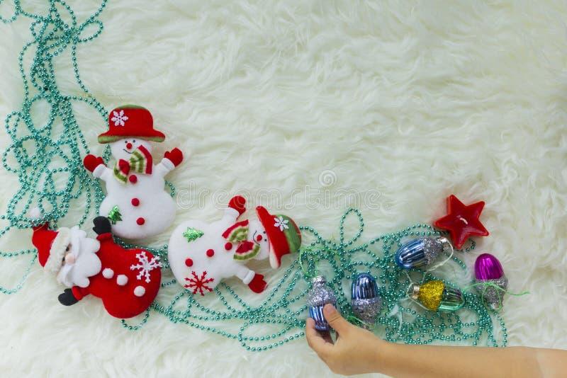 Quinquilharia do Natal na pele branca e em luzes coloridas imagens de stock royalty free