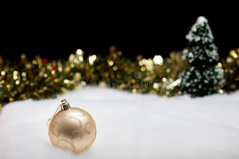 Quinquilharia do ornamento do Natal na floresta efervescente do inverno imagem de stock royalty free