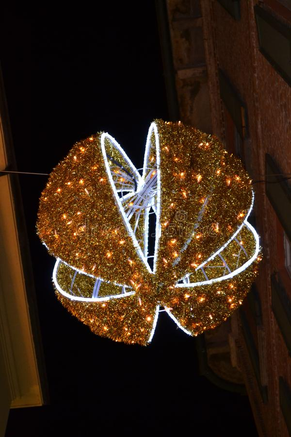 Quinquilharia gigante do Natal para decorar as ruas da baixa da forma de Milão imagens de stock