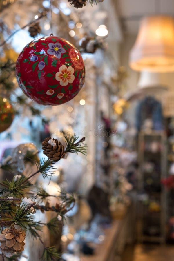 Quinquilharia que pendura da árvore de Natal, fotografada VV na loja das miudezas de Rouleaux, pista de Marylebone, Londres Reino imagem de stock royalty free