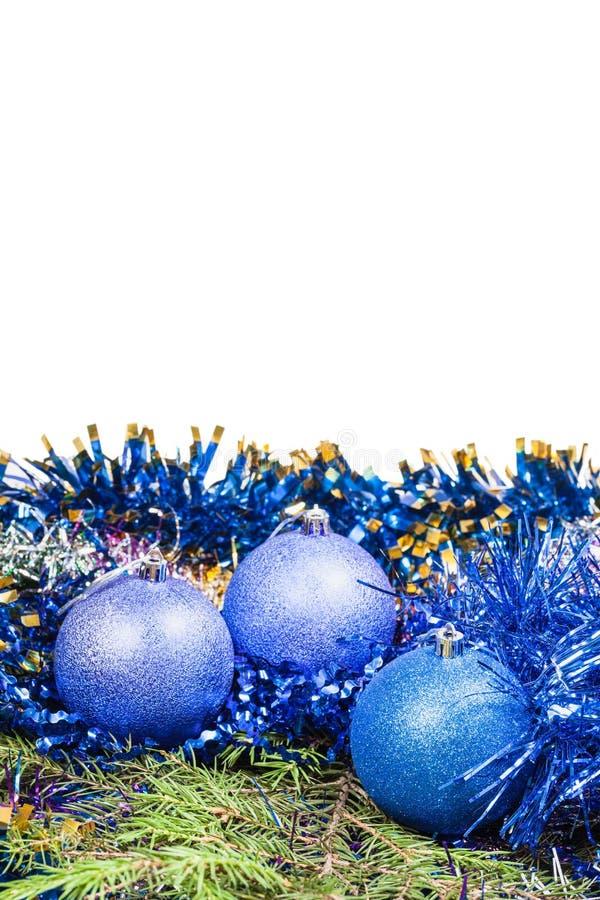 Quinquilharias azuis do Natal no ramo de árvore spruce verde imagem de stock royalty free