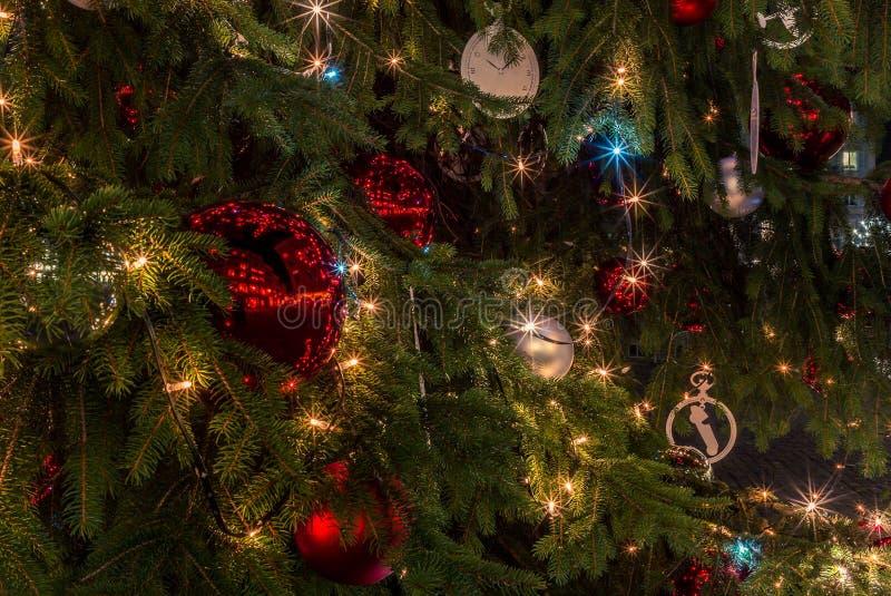 Quinquilharias de vidro coloridas em uma árvore de Natal em Zurique - 1 imagem de stock royalty free