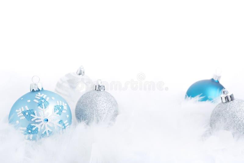 Quinquilharias do Natal em uma superfície plúmeo, iluminada brilhantemente imagem de stock