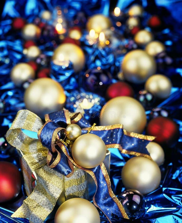 Quinquilharias do Natal no azul foto de stock royalty free