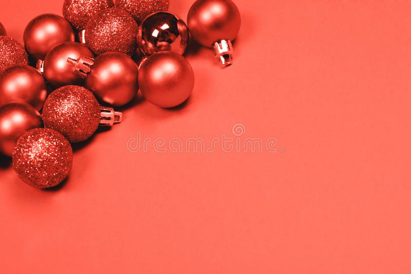 Quinquilharias do Natal no fundo coral imagem de stock royalty free