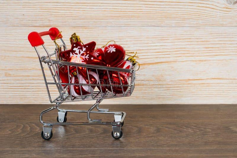 Quinquilharias do Xmas no trole de compra, conceito da venda do Natal foto de stock royalty free