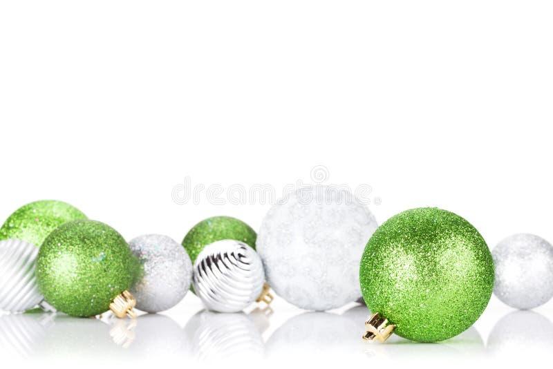 Quinquilharias verdes e de prata do Natal fotografia de stock royalty free