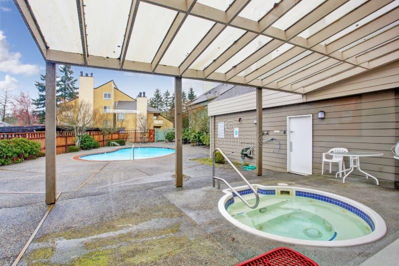Quintal com piscina e jacuzzi foto de stock imagem 43148696 - Jacuzzi piscina exterior ...
