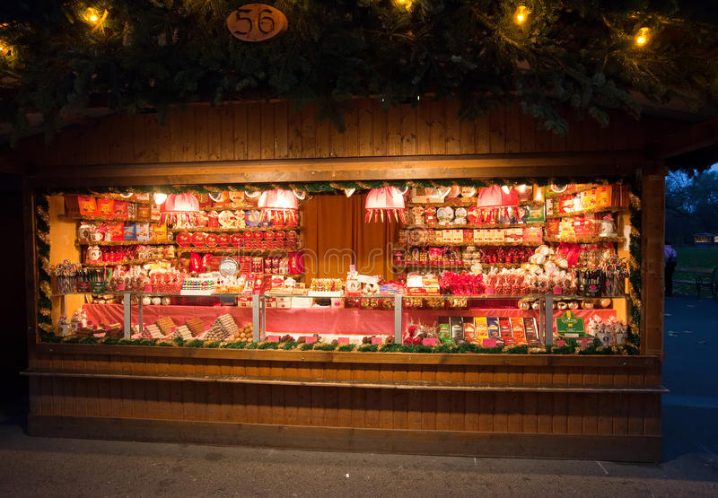 Quiosco con los dulces en el mercado de la Navidad en Viena fotografía de archivo