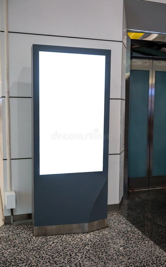 Quiosco de información interactivo promocional, haciendo publicidad de la exhibición, fotos de archivo