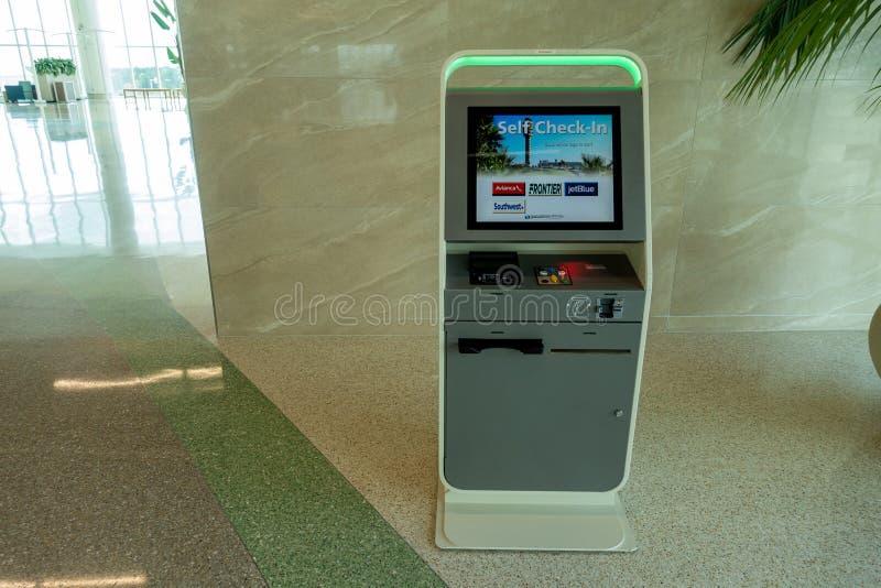 Quiosco del enregistramiento en el terminal C de Orlando Airport fotografía de archivo libre de regalías