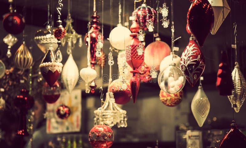 Quiosco justo de la Navidad con las cargas de la mercancía brillante de la decoración fotografía de archivo
