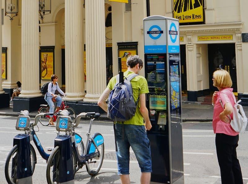 Quiosque alugado da rua da bicicleta no West End, Londres imagem de stock royalty free