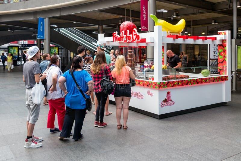 Quiosque de espera dos doces dos povos na estação central Antuérpia, Bélgica foto de stock