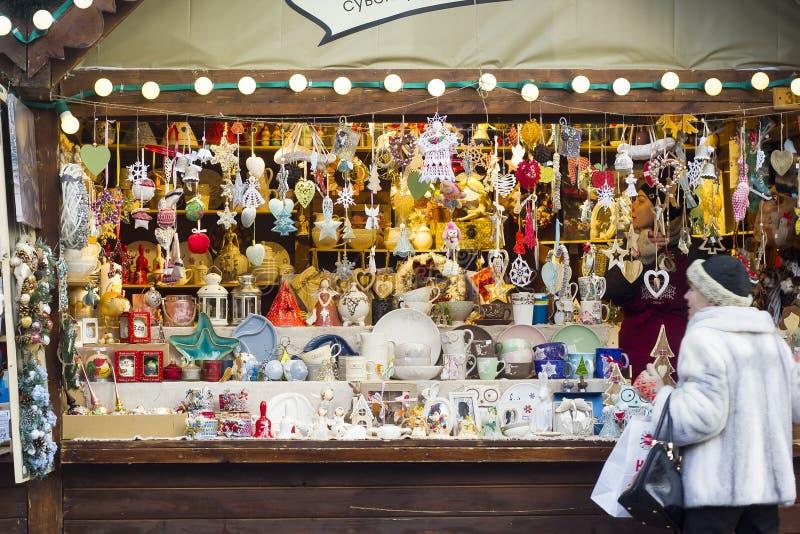 Quiosque de madeira com as lembranças no Natal justo foto de stock royalty free