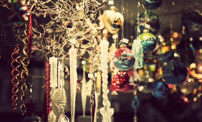 Quiosque justo iluminado do Natal com cargas da mercadoria de brilho da decoração fotografia de stock