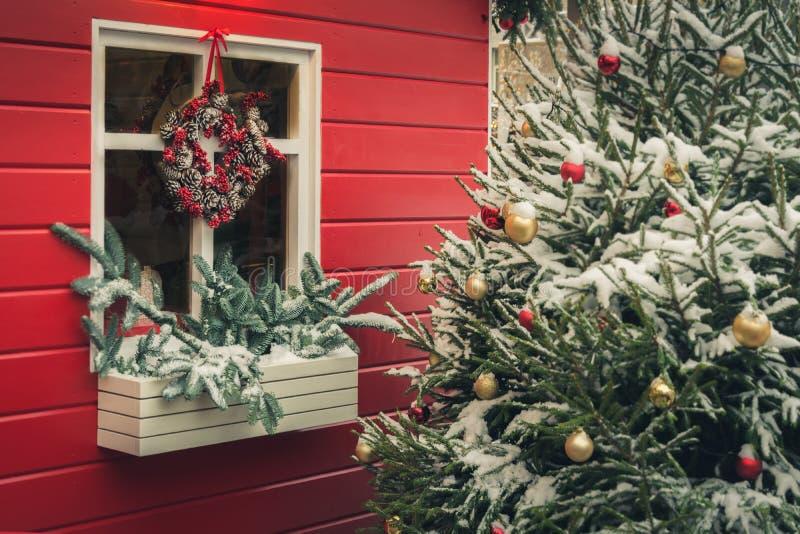 Quiosque vermelho decorativo tradicional para a oficina e presentes feitos a mão do Natal das vendas Decoração do Xmas Árvore de  imagens de stock royalty free