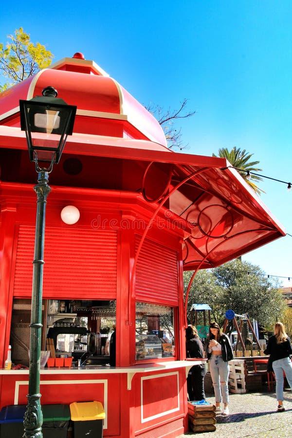 Quiosque vermelho t?pico do caf? em um parque em Lisboa foto de stock royalty free