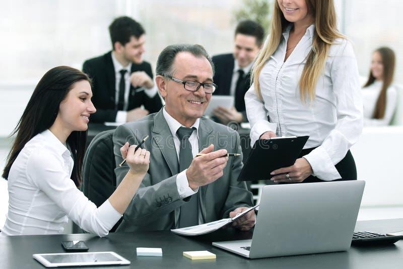 ?quipe d'affaires discutant avec la t?te des donn?es financi?res photographie stock