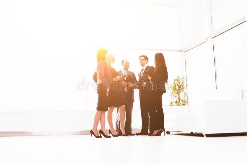 ?quipe d'affaires discutant des probl?matiques de l'entreprise fond brouill? par photo photos libres de droits