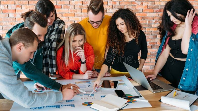 ?quipe d'affaires rencontrant des millennials de strat?gie divers images libres de droits