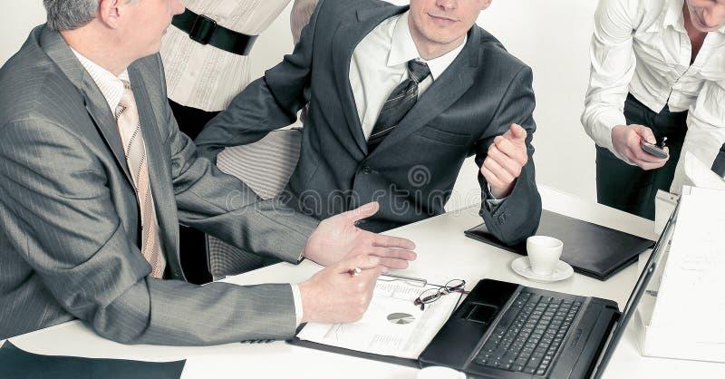 ?quipe d'affaires travaillant avec les documents financiers dans le bureau photo libre de droits