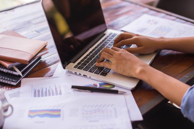 ?quipe d'affaires travaillant sur l'ordinateur portable, tout en se reposant au bureau Gens d'affaires image stock