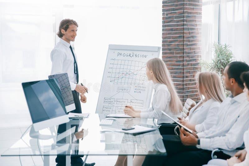 ?quipe professionnelle d'affaires discutant un diagramme financier images stock