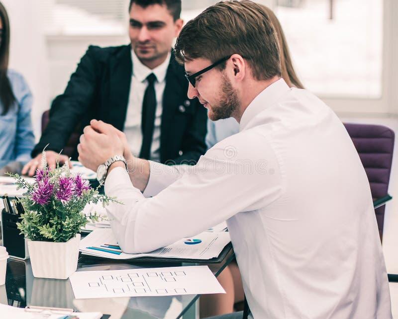 ?quipe r?ussie d'affaires discutant un nouveau contrat sur le lieu de travail dans le bureau photographie stock