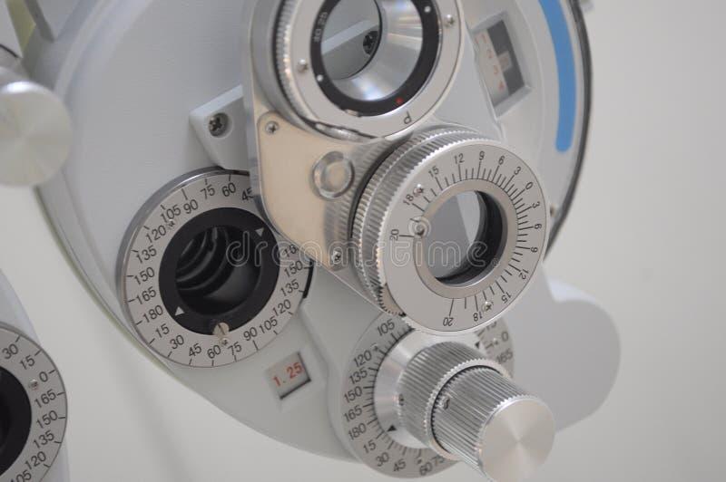 ?quipement dans un bureau d'optomitrists pour analyser des yeux comprenant un phoropter images stock