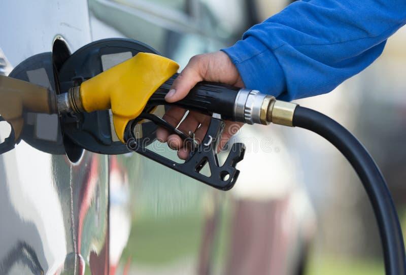 ?quipez l'essence remplissante d'essence dans le gicleur de fixation de v?hicule image libre de droits