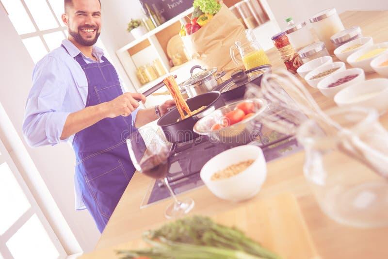 ?quipez pr?parer la nourriture d?licieuse et saine dans la cuisine ? la maison photo stock
