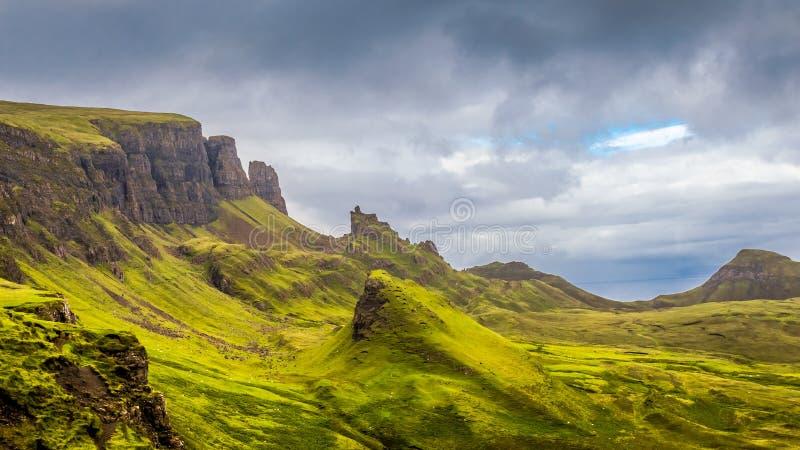 Quiraing na ilha de Skye é lugar popular do turista, montanhas de Scotish, Escócia imagens de stock