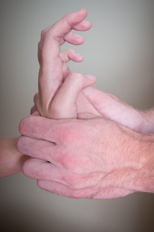 Quiroprático que faz a mão paciente fêmea do Reflexology imagem de stock royalty free