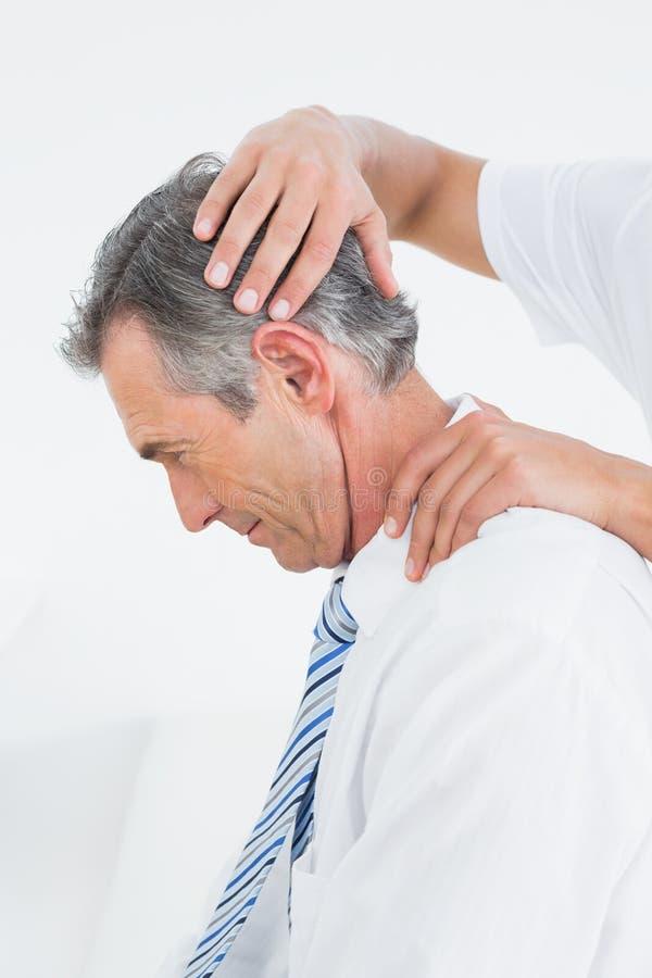 Quiroprático que faz o ajuste do pescoço foto de stock