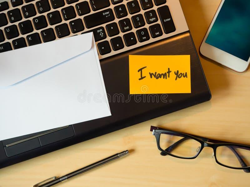 Quisiera que usted fuera mensaje en la letra en el ordenador portátil imágenes de archivo libres de regalías