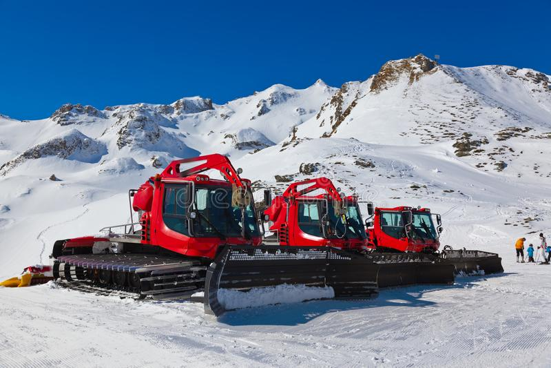 Quitanieves en la estación de esquí mún Hofgastein Austria de las montañas fotografía de archivo libre de regalías