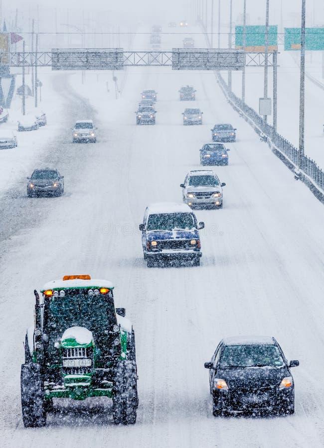 Quitanieves y coches en la carretera imagen de archivo libre de regalías