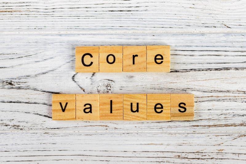 quite el corazón a la palabra de los valores hecha con concepto de madera de los bloques imágenes de archivo libres de regalías