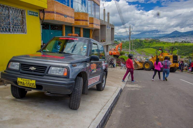 Quito, Ecuador - abril, 17, 2016: Grupo de personas no identificado que mira la destrucción causada por el terremoto, y machiner  imagen de archivo