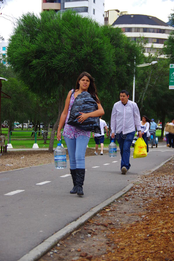 Quito, Ecuador - April, 17, 2016: Nicht identifizierte Leute von Quito Katastrophenhilfelebensmittel, -kleidung, -medizin und -wa lizenzfreies stockfoto