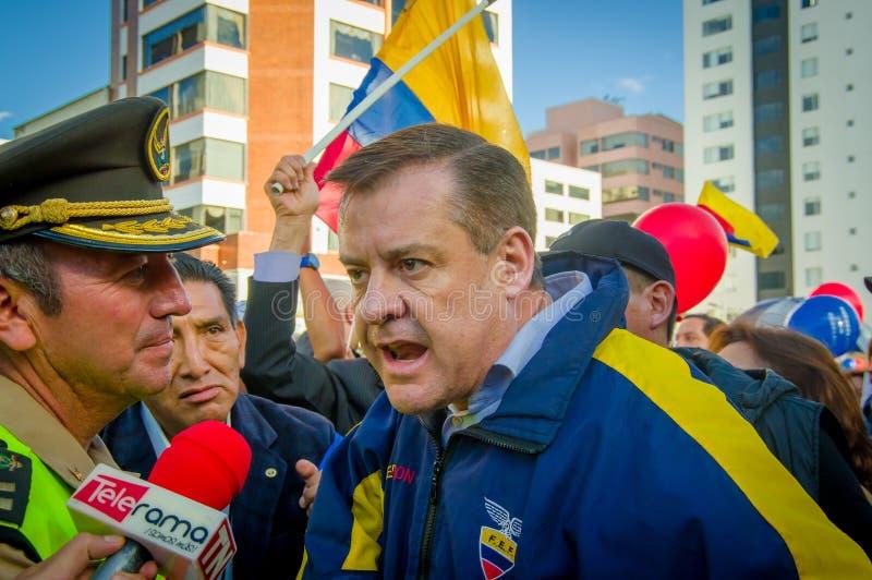 Quito, Ecuador - 7 aprile 2016: Il leader dell'opposizione Andres Paez del primo piano sorrounded dalla gente, dalla polizia e da immagini stock