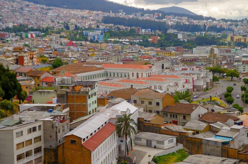 QUITO ECUADOR - AUGUSTI 24, 2018: Panorama- flyg- sikt för Cityscape från basilikakyrkasynvinkeln av Quitostaden royaltyfria bilder