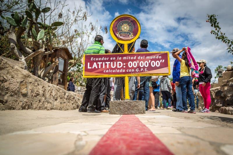 Quito, Ecuador - 15 Augustus 2015 - de beroemde lijn die van Ecuador de scheidslijn tussen het zuiden en de het noordenhemisfeer  royalty-vrije stock foto