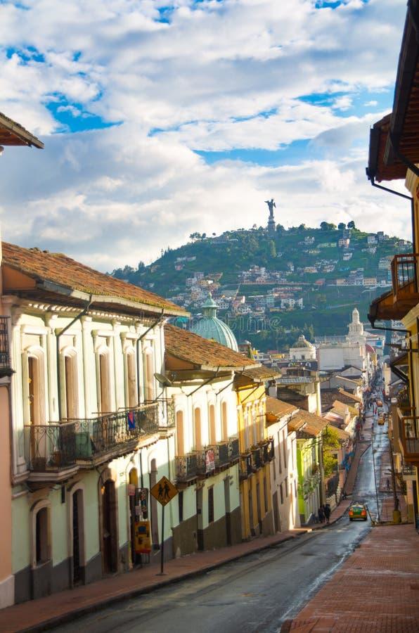 QUITO, ECUADOR 26 DE ABRIL DE 2017: Vista de la colina del EL Panecillo de la calle de García Moreno en el centro histórico de la fotografía de archivo libre de regalías