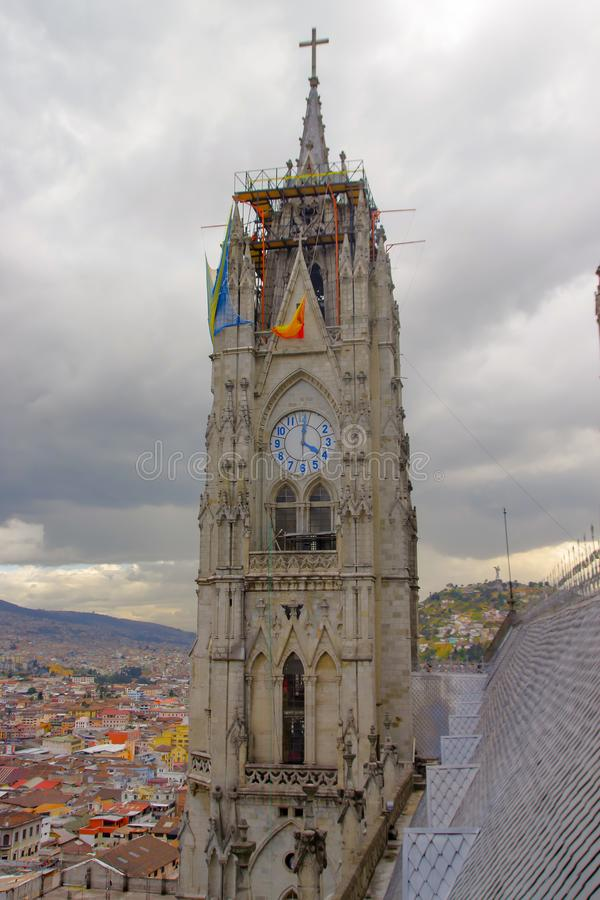 QUITO, ECUADOR - 24 DE AGOSTO DE 2018: Vista de las torres de la basílica en Quito, Ecuador con la ciudad visible en imágenes de archivo libres de regalías